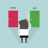 Решение бизнесмена перед 2 дверями остается или идется Стоковая Фотография