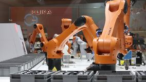 Решения автоматизации будущего с оружиями робота на Kuka стоят на Messe справедливом в Ганновере, Германии видеоматериал