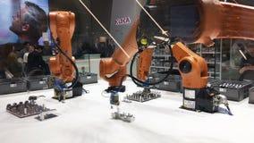 Решения автоматизации будущего с оружиями робота на Kuka стоят на Messe справедливом в Ганновере, Германии акции видеоматериалы