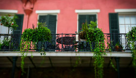 Решетка балкона и ковки чугуна Традиционная архитектура старого Нового Орлеана Уютная дача Стоковое Фото