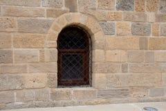 Решетка в винтажном окне стиля в каменной стене Стоковые Изображения RF