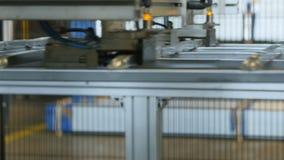 Решетка металла крупного плана транспортированная транспортером за камерой акции видеоматериалы