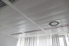 Решетка света ang вентиляции потолка стоковая фотография