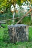 Решетка для гриля отдыхает на пне Стоковые Фотографии RF