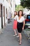 Решительно женщина таща на руке друзей стоковые фото