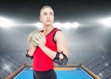 Решительно игрок держа гандбол в стадионе Стоковое Изображение RF