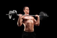 Решительно спортсмен поднимая тяжеловес Стоковое фото RF