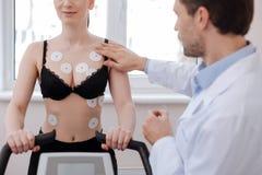 Решительно сфокусированный кардиолог проводя медицинский эксперимент Стоковая Фотография