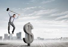 Решительно человек банкира против современного городского пейзажа ломая диаграмму бетона доллара Стоковая Фотография RF