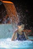 Релаксация женщины в бассейне Стоковая Фотография