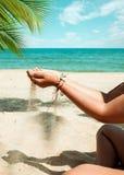 Релаксация и отдых в изображении образа жизни лета тонкой загоренной девушки на пляже Стоковая Фотография