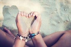 Релаксация и отдых в изображении образа жизни лета тонкой загоренной девушки на пляже, Стоковая Фотография RF