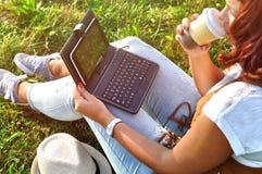 Релаксация с чашкой кофе и таблеткой Стоковое Фото