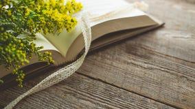 Релаксация утра и уютное с цветком Solidago малым желтым Стоковая Фотография RF