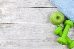 релаксация pilates пригодности принципиальной схемы шарика Гантели, яблоко и полотенце Стоковое фото RF