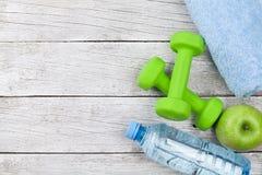 релаксация pilates пригодности принципиальной схемы шарика Гантели, яблоко и вода Стоковое Фото