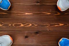 релаксация pilates пригодности принципиальной схемы шарика Тапки & x28; shoes& x29 спорта; на деревянной предпосылке Стоковые Изображения RF