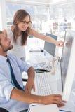Редакторы фотографий смотря экран компьютера Стоковые Изображения RF