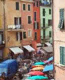 Редакционная сцена Cinque Terre улицы Vernazza Италии Стоковые Изображения RF