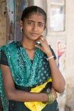 Редакционное иллюстративное изображение Подростки в улице, Индии стоковое изображение rf