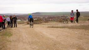 редакционо Всадники велосипеда пересекая финишную черту на видеоматериал