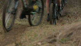 редакционо Группа в составе велосипедисты двигая быстро на холмы видеоматериал