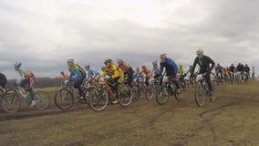 редакционо Группа в составе гонки старта всадников велосипеда видеоматериал