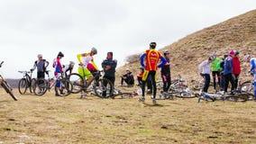 редакционо Группа в составе профессиональные велосипедисты видеоматериал