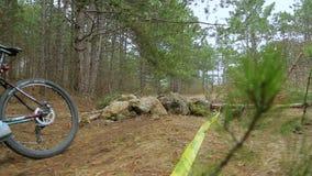 редакционо Один велосипедист падая от велосипеда в зеленом цвете акции видеоматериалы
