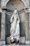 Религиозная католическая скульптура монашки в беседке церков Стоковая Фотография RF
