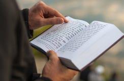Религиозная книга Mahzor дуя год shofar rosh hashanah мальчика еврейский новый Стоковые Изображения