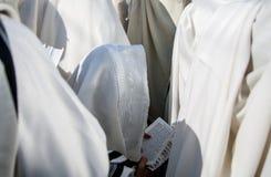 Религиозная книга Mahzor дуя год shofar rosh hashanah мальчика еврейский новый Репортаж Украина Стоковое фото RF
