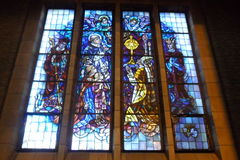 Религиозное цветное стекло в базилике Koekelberg в Брюсселе, Бельгии Стоковая Фотография