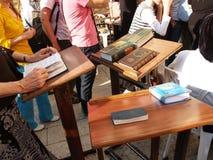 Религиозные Judaic книги лежат на маленьких таблицах во время молитвы Израиль стоковое изображение rf