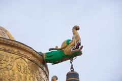 Религиозный символ золота na górze виска Стоковая Фотография