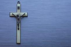 Религиозным христианским металл почищенный щеткой крестом Стоковая Фотография