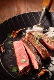 Редкий сваренный стейк постной говядины стоковое фото rf