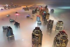 Редкий туман утра зимы в Дубай, ОАЭ - 05/DEC/2016 Стоковые Фотографии RF