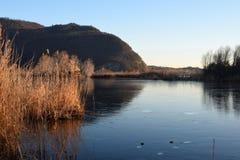 Редкое явление замороженных трясин озера Iseo - Брешия - стоковая фотография