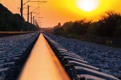 рельсы железной дороги протягивая в расстояние Стоковое Изображение