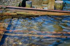 Рельсы и цепи используемые в сухом доке Boatyard стоковое фото rf