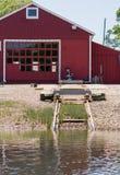 Рельс старта шлюпки перед сараем красного цвета Стоковая Фотография RF