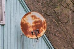 Ржавая антенна спутникового телевидения на крыше Стоковые Фотографии RF