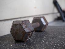 Ржавая, выдержанная гантель 15 lb сидя в спортзале Стоковое фото RF