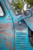 Ржавая голубая античная тележка стоковые изображения rf