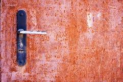 Ржавая дверь металла с ручкой двери и концом-вверх keyhole абстрактная предпосылка предпосылка металлическая Стоковое фото RF