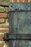 Ржавая железная дверь на кирпиче стоковое изображение rf