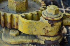 Ржавая желтая шестерня на старом камбузе поезда Стоковое Изображение RF