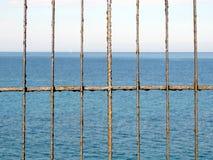 Ржавая загородка перед морем Стоковые Изображения RF