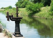 Ржавая и маслообразная шестерня строба воды Стоковое Фото